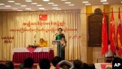 លោកស្រីអោងសានស៊ូជី (Aung San Suu Kyi) មេដឹកនាំក្រុមប្រឆាំងនៅក្នុងប្រទេសភូមា (រូបស្តាំ) ថ្លែងសុន្ទរកថាកំឡុងកិច្ចប្រជុំមួយរបស់គណៈកម្មាធិការកណ្តាលរបស់បក្សនៅភោជនីយដ្ឋាន Rose ក្នុងក្រុងរ៉ុងហ្គូន ប្រទេសភូមា កាលពីថ្ងៃសៅរ៍ ទី២០ ខែមិថុនា ឆ្នាំ២០១៥។