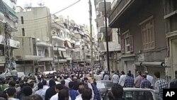 参加在叙利亚城市霍姆斯镇示威中被打死的抗议者葬礼的人们