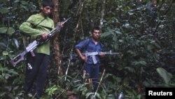 Guerrilleros de Sendero Luminoso en la selva peruana. Uno de sus logísticos fue capturado en España.