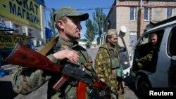 Tentara separatis pro-Rusia di sebuah pos pemeriksaan di luar kota Donetsk (6/9). (Reuters/Maxim Shemetov)
