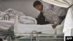 Yayladağı'nda Sağlık Bakanlğı'nın kurduğu sahra hastanesinde tutulan bir Suriyeli sığınmacı