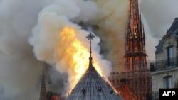 巴黎聖母院大教堂的頂部燃燒