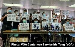 参与2020年7月中举行的香港民主派立法会35+初选的抗争派社运人士及现任区议员, 1月6日早上被警方上门拘捕,指控他们违反港区国安法颠覆中国国家政权罪。前香港众志秘书长黄之锋(前排左二)目前正在监狱服刑,据报道警方1月6日到他家中搜查, 这次是黄之锋首次被控涉嫌触犯国安法的罪名 (美国之音/汤惠芸)