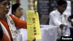 Người tình nguyện đếm phiếu tại một điểm bỏ phiếu ở trung tâm Yangon, ngày 8 tháng 11, 2015.