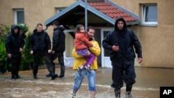 Cảnh sát giúp cư dân vùng ngoại ô Belgrade ở Serbia sơ tán.