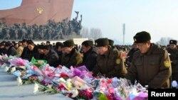 김정일 사망 2주기를 맞이한 17일 북한군 장병들이 평양 만수대의 김일성.김정일 동상 앞에 헌화하고 있다.