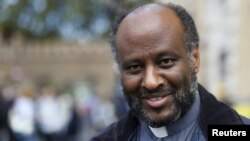 Mussie Zerai, prêtre érythréen sourit lors d'une interview à la place St Pierre à Rome, 30 septembre 2015.
