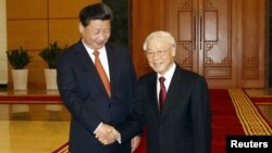 Chủ tịch Trung Quốc Tập Cận Bình và Tổng Bí thư đảng CS Việt Nam Nguyễn Phú Trọng tại Văn phòng Trung ương Đảng Cộng sản Việt Nam ở Hà Nội, ngày 5/11/2015.