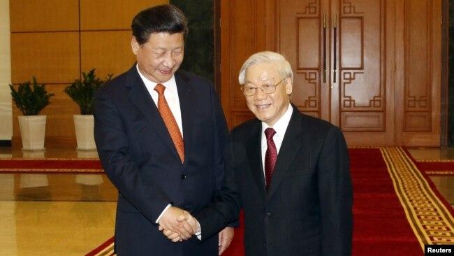 Chủ tịch Trung Quốc Tập Cận Bình chụp ảnh chung với Tổng bí thư Nguyễn Phú Trọng trong chuyến thăm Việt Nam cuối năm 2015.