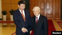 Chủ tịch Trung Quốc Tập Cận Bình (trái) và Tổng Bí thư Đảng Cộng sản Việt Nam Nguyễn Phú Trọng bắt tay tại Văn phòng Trung ương Đảng ở Hà Nội, Việt Nam.