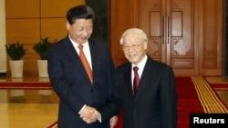 ប្រធានាធិបតីចិន Xi Jinping (រូបឆ្វេង) ចាប់ដៃលោក Nguyen Phu Trong ប្រធានគណបក្សកុម្មុយនិស្តវៀតណាមនៅការិយាល័យគណបក្សកុម្មុយនិស្តកណ្តាល នៅក្នុងក្រុងហាណូយ ប្រទេសវៀតណាម កាលពីថ្ងៃទី៥ ខែវិចិ្ឆកា ឆ្នាំ២០១៥។