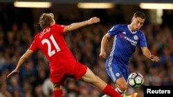 Le footballeur Eden Hazard de Chelsea engagé dans un duel avec Lucas Leiva de Liverpool lors d'un match entre leurs deux équipes de la Premier League anglaise, 16 septembre 2016.