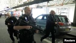 La policía armada recorre la estación de metro Oxford Street en reacción al incidente de posibles disparos. Londres, Gran Bretaña, 24 de noviembre de 2017.