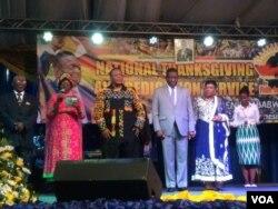 UMongameli Emmerson Mnangagwa lomkakhe, uNkosikazi Auxillia Mnangagwa, basenkonzweni eqoqwe yiFamily of God Church.