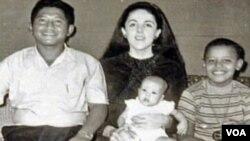 Foto keluarga Soetoro saat bermukim di Jakarta, dari kiri ke kanan: Lolo Soetoro, Ann Dunham memangku Maya yang masih bayi, dan Barack Obama.