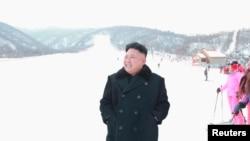 2013年12月31日,朝鲜领导人金正恩参观新建立的马息岭滑雪场。