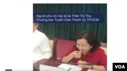 Bà Thân Thị Thư ăn mít. (Hình: Từ video trên YouTube của Việt Tự Do)