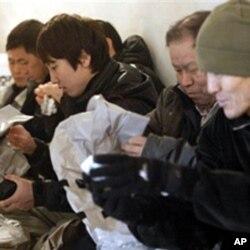 延坪岛居民在防空掩体内检查防毒面具