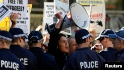 Biểu tình ủng hộ người tị nạn và chống đảng Lao động Úc (ALP) bên ngoài một cuộc họp của đảng tại Sydney.