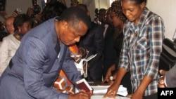 Shugaban Kwango Denis Sassou Nguessou yana kada tashi kuri'ar Brazzaville, Oktoba. 25, 2015.