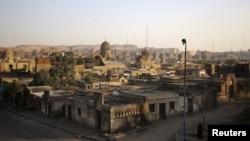 Suasana di kawasan Necropolis Kairo, Mesir, 14 Oktober 2015. (Foto: dok). Di Kairo Necropolis yang luas, yang dikenal sebagai Kota Orang Mati ini, kehidupan dan kematian saling berdampingan. Di tengah krisis perumahan di Mesir, dan dengan populasi Kairo diperkirakan telah mencapai sekitar 20 juta orang, warga menganggap dirinya beruntung apabila dapat memiliki tempat untuk dimakamkan di tempat pemakaman yang telah berusia ratusan tahun tersebut. (REUTERS / Asmaa Waguih).