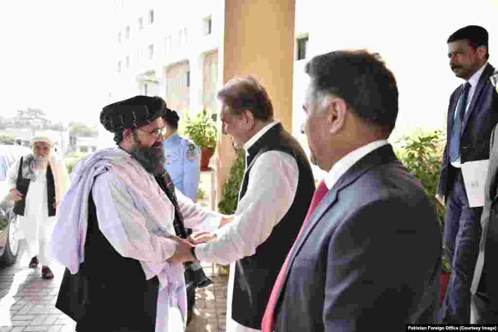 طالبان کا 12 رکنی وفدپاکستان کے دفترِ خارجہ پہنچا۔ جہاں شاہ محمود قریشی نے اُن کا استقبال کیا اور وفد کو وزارت خارجہ آمد پر خوش آمدید کہا۔