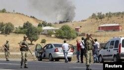 Tentara Turki mengamankan lokasi setelah terjadi serangan roket atas konvoi militer yang dilakukan pemberontak Kurdi (18/9).