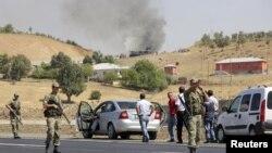 Binh sĩ Thổ Nhĩ Kỳ giữ an ninh trục lộ chính nối liền 2 thành phố Bingol và Mus sau vụ tấn công ở Bingol. Khói vẫn còn bốc lên tại địa điểm vụ tấn công