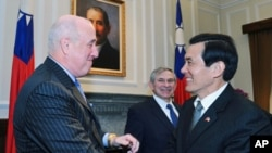 马英九总统1月15日在总统府会见包道格 (站立在两人后者为美台商业协会主席沃尔福维茨)