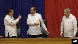 """Chủ tịch Thượng viên Philippines (trái) ra dấu hiệu tán thưởng Tổng thống Philippines Benigno Aquino (giữa) """"số 1"""" sau khi ông Aquino đọc bài diễn văn hàng năm về tình hình đất nước hôm 23/7/12. Người đứng bên phải là Chủ tịch Hạ viện Feliciano Belmonte"""