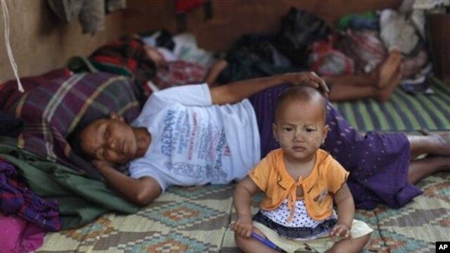 ကချင်စစ်ဘေးဒုက္ခသည်တချို့။ (ဖေဖော်ဝါရီလ ၁၂ ရက်၊ ၂၀၁၃)။