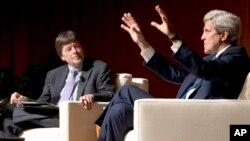Đạo diễn Ken Burns (trái) và ông John Kerry, cựu Ngoại trưởng Mỹ, trong một sự kiện về chiến tranh Việt Nam năm 2016.