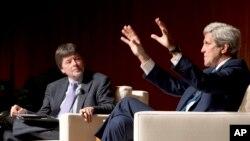Đạo diễn Ken Burns và cựu Ngoại trưởng Mỹ John Kerry.
