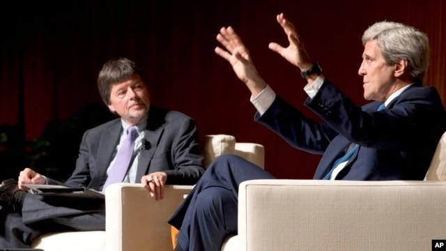 Ngoại trưởng Mỹ John Kerry trao đổi với đạo diễn phim tài liệu Ken Burns (trái) về những trải nghiệm liên quan tới Chiến tranh Việt Nam hôm 27/4.