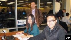 愛奧華州華人協會執行主席燕曉哲(站立者)和中國留學生黃碧(左)和賈祖陽在愛奧華見習選戰。