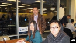 爱奥华州华人协会执行主席燕晓哲(站立者)和中国留学生黄碧(左)和贾祖阳1月2日在爱奥华见习选战