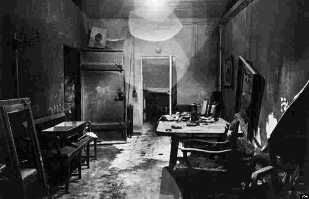 1945-ci ildə müttəfiq əsgərləri tərəfindən Adolf Hitlerin bunkerindən (Führerbunker) çəkilmiş ilk fotoşəkillərdən biri.