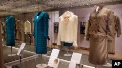 بخشی از لباسها و پالتوهای منتخب پرنسس دایانا در نمایشگاه «دایانا: داستان مد او» در کاخ کنزینگتون لندن