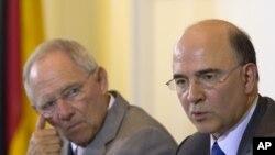 Menkeu Jerman Wolfgang Schaeuble (kiri) dan Menkeu Perancis Pierre Moscovici mengadakan konferensi pers bersama setelah pertemuan di Berlin, Senin (21/5).
