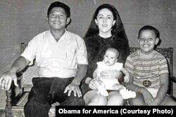 Obama bersama adiknya Maya Soetoro, ibunya Ann Dunham dan ayah tirinya Lolo Soetoro, di Jakarta.