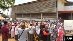 Une manifestation contre l'intention du gouvernement français de délivrer des visas gratuits entre Mayotte et l'archipel voisin Comores à Mamamoutzou, Mayotte, 25 septembre 2017.