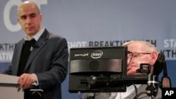 Kosmologis ternama Stephen Hawking (kanan) dan investor internet serta filantropis sains Yuri Milner dalam konferensi pers di One World Observatory di New York (12/4). (AP/Bebeto Matthews)