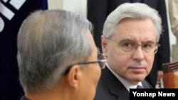 알렉산드르 티모닌 주한 러시아 대사가 17일 오전 국회에서 더불어민주당 김종인 비상대책위 대표를 면담하고 있다.