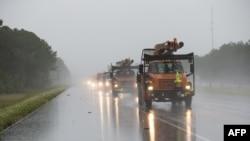 飓风内特抵达密西西比州比洛克西前,市政工人赶赴该市给树木剪枝。内特10月8日凌晨在该市附近二次登陆。(2017年10月7日)
