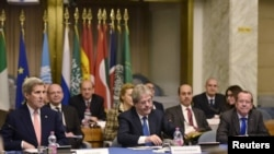 Menteri Luar Negeri AS John Kerry (kiri), Menteri Luar Negeri Italia Paolo Gentiloni (depan tengah) dan wakil khusus PBB Martin Kobler (depan kanan) ikut konferensi internasional di Kementerian Luar Negeri di Roma, 13 Desember 2015.