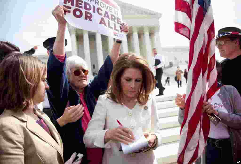 Dân biểu Michele Bachmann xem qua các ghi chú trước khi phát biểu trước Tối cao Pháp viện ngày 28 tháng 3, vào lúc tòa kết thúc 3 ngày nghe tranh luận về tính hợp hiến của chương trình cải tổ bảo hiểm y tế của Tổng thống Barack Obama. (AP)