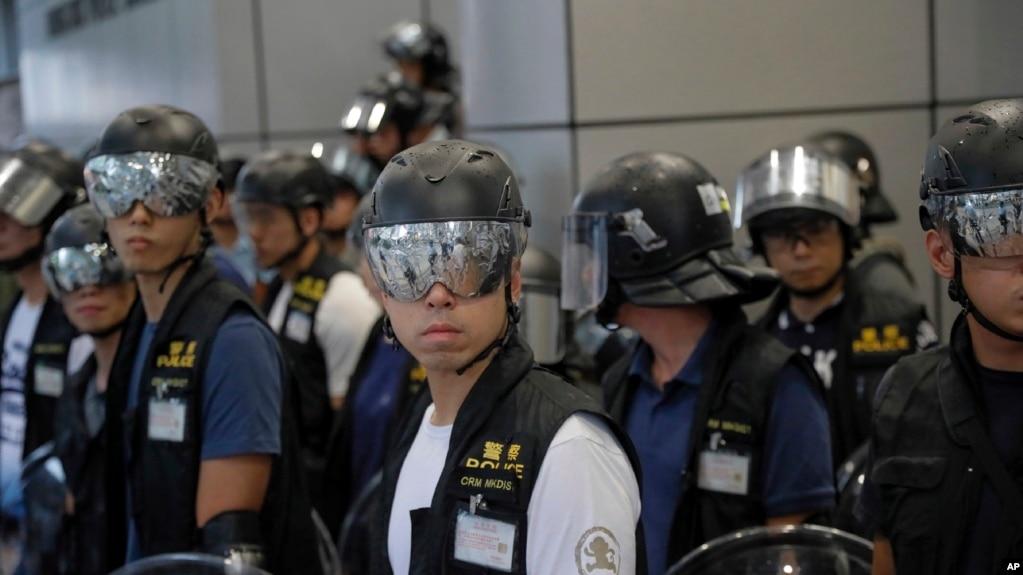 La policía en Hong Kong con gafas de protección para protegerse de los punteros laser usados por manifestantes pro democracia durante protestas en Hong Kong el sábado, 17 de agosto, de 2019.