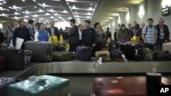 지난 2014년 10월 평양 순안국제공항에서 중국발 비행기에 탑승했던 승객들이 가방을 찾기 위해 기다리고 있다.
