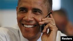 Contente. Obama ao telefone depois de ter sido declarado vencedor das eleições