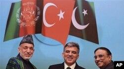 ປະທານາທິບໍດີ ເທີກີ, ທ່ານ Abdullah Gul (ກາງ) ຈັບມືກັບຄູ່ຕໍາແໜ່ງຈາກອັຟການິສຖານ, ທ່ານຣາມິດ ກາຊາຍ (ຊ້າຍ) ແລະປະທານາທິບໍດີປາກິສຖານ, ທ່ານ Asif Ali Zardari ໃນຕອນທ້າຍຂອງກອງປະຊຸມ ນັກຂ່າວ, ຫລັງກອງປະຊຸມ ອີສຕັນບູນ ທີ່ເທີກີແລະອັຟການີສຖານເປັນເຈົ້າພາບຮ່ວມກັນຈັດຂຶ້